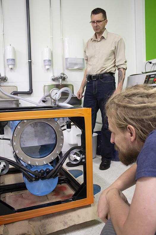 Aaltonen (edessä) ja Taskinen testasivat robotin etuosaan lisätyn teräksisen kauluksen tiiviyttä.
