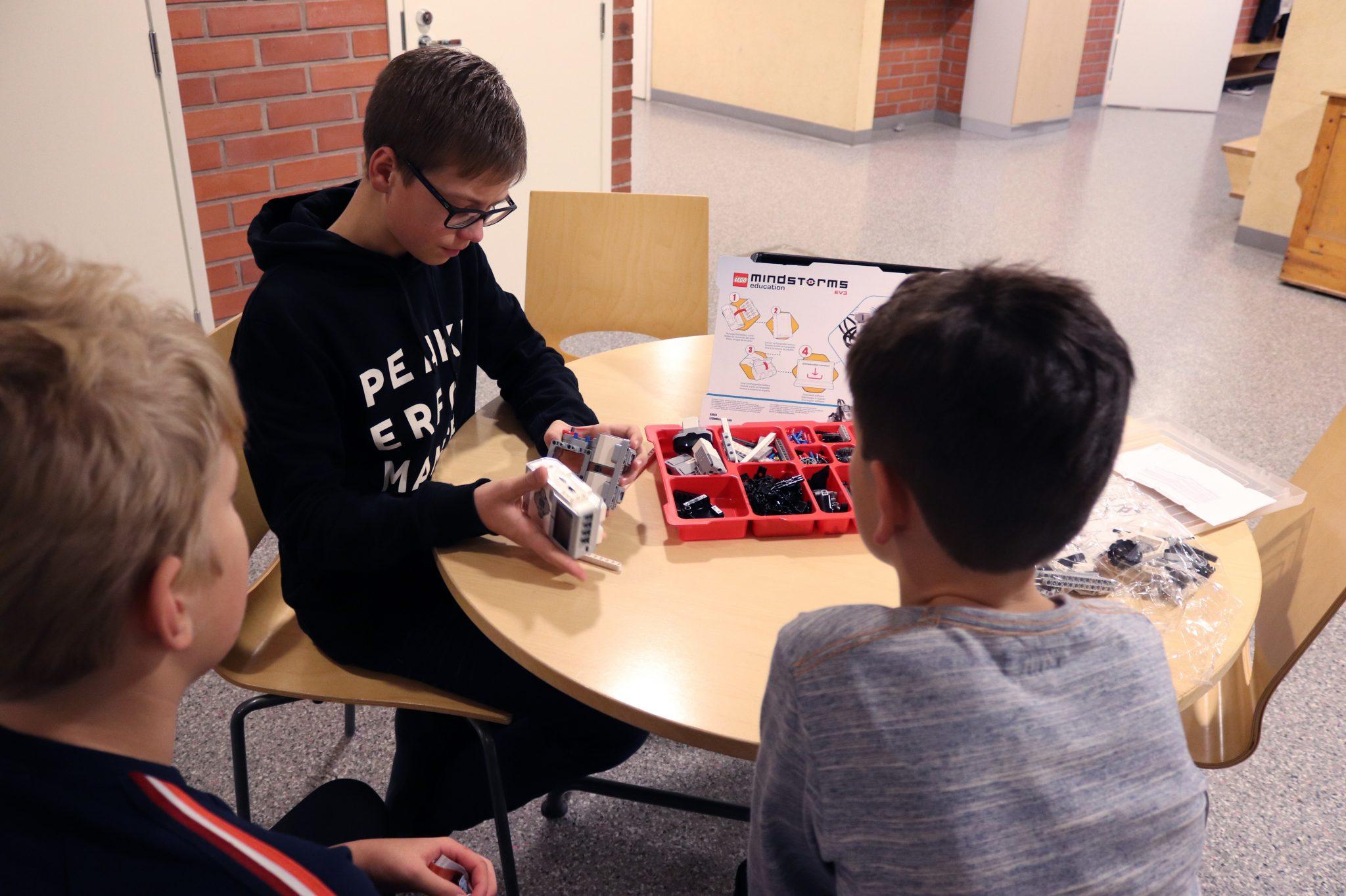 Tatu Engren opastaa mielellään muita oppilaita Lego-robottien saloihin.
