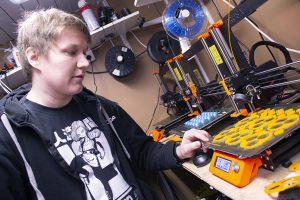 Tutkija Joonas Kortelainen esittelee muovipursotintulostinta.