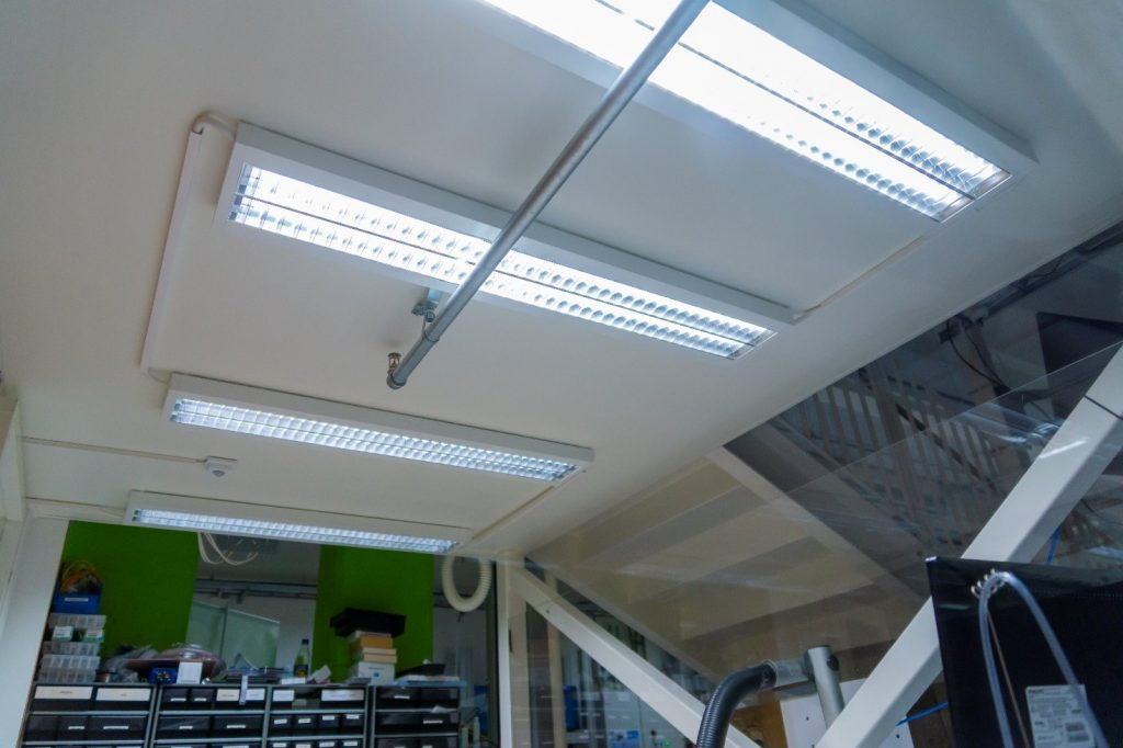 Elektroniikkarakentelutilan valaistusta lisättiin.