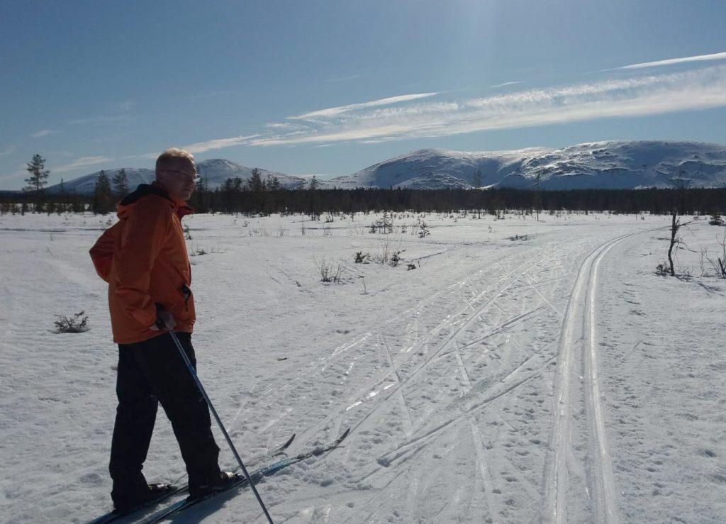 Petteri Pulkkinen hiihtämässä.