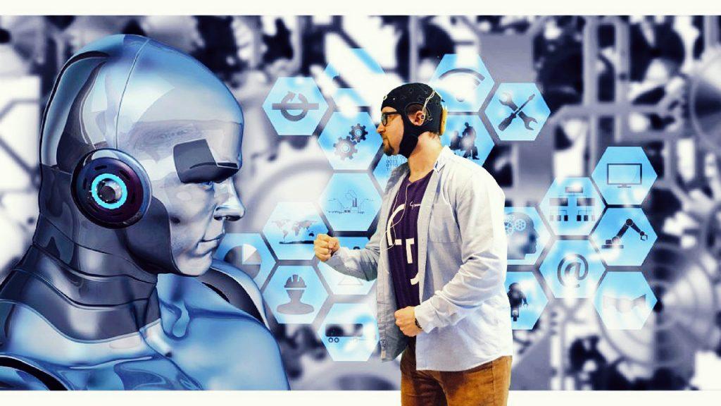 Kuvassa Tampereen yliopiston projektipäällikkö Jere Grönmanilla on päässään ns. aivopipo, joka mittaa aivosähkökäyrää.