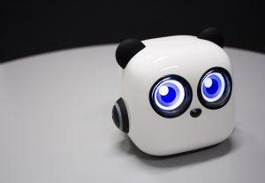 Lähikuvassa M-tiny -robotti, jolla voidaan opettaa lapsia ohjelmoimaan.