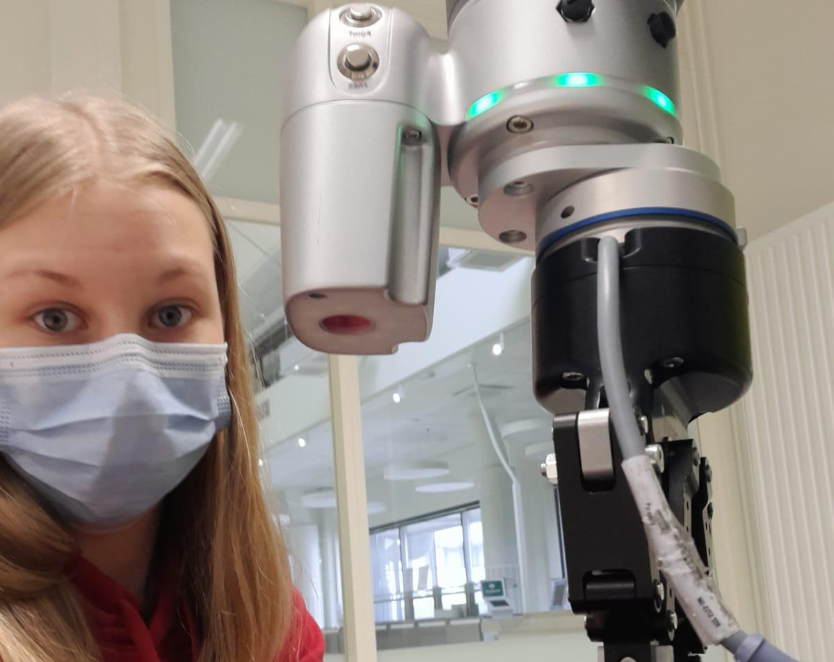 Wilma pääsi TET-harjoittelussaan ohjelmoimaan robotteja.