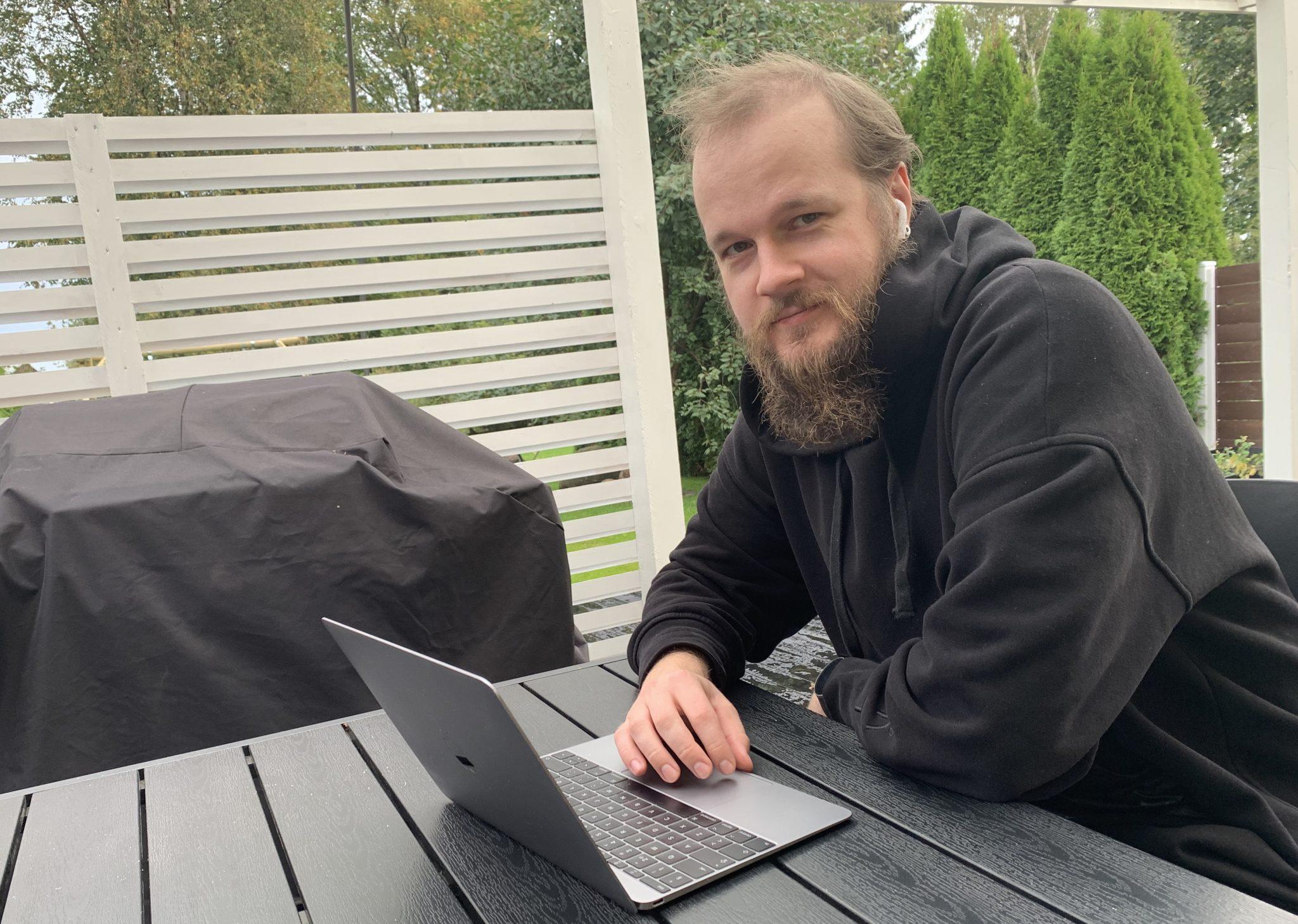 Joonas Nordlund istuu terassipöydän äärellä tietokone edessään.