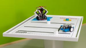 Robottialusta tehtävillä sekä mBot- ja lego-roboteilla.